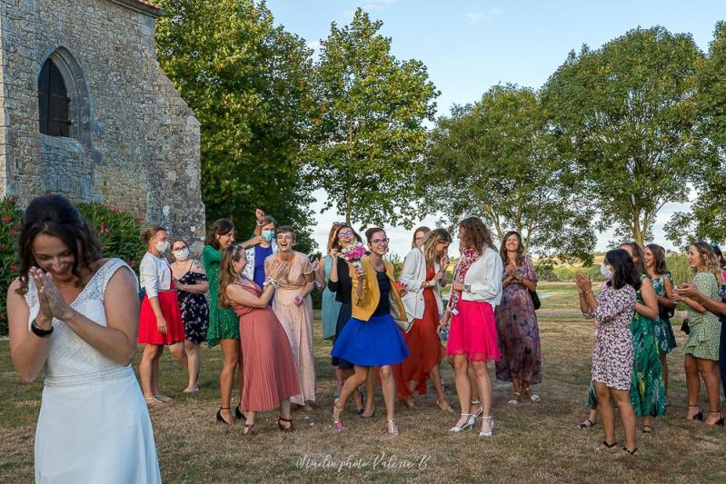 Le lancer de bouquet mariage studio photo Valérie B